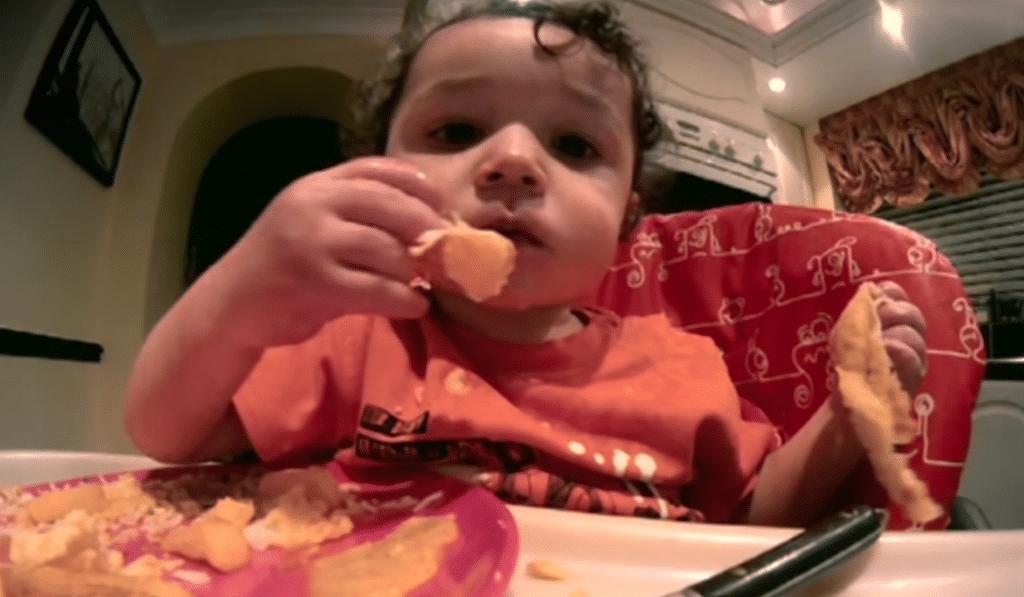 Un bébé qui mange de la junk food