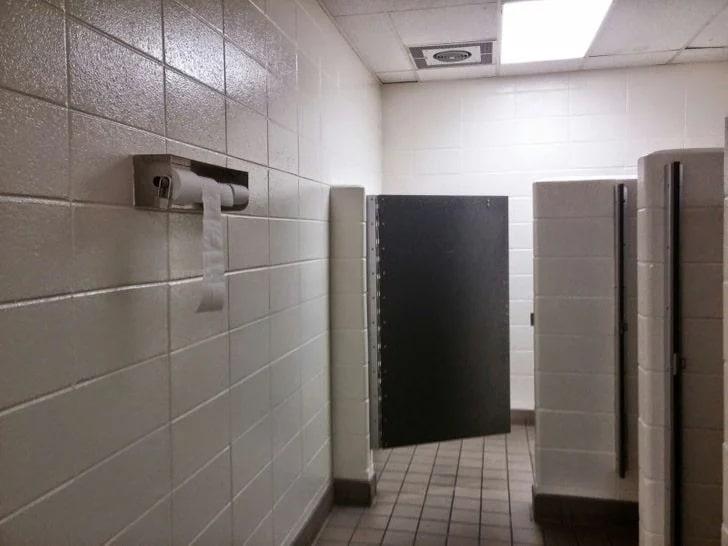 concept toilettes raté absence intimité