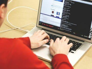 Un hackeur informatique