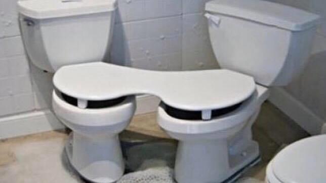 Un double abattant pour deux toilettes