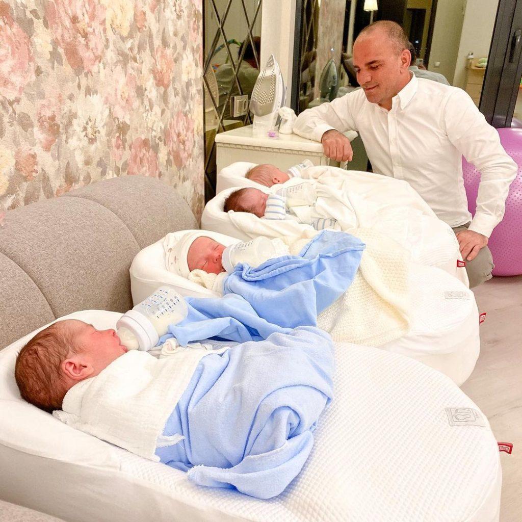 Galip Ozturk avec ses bébés