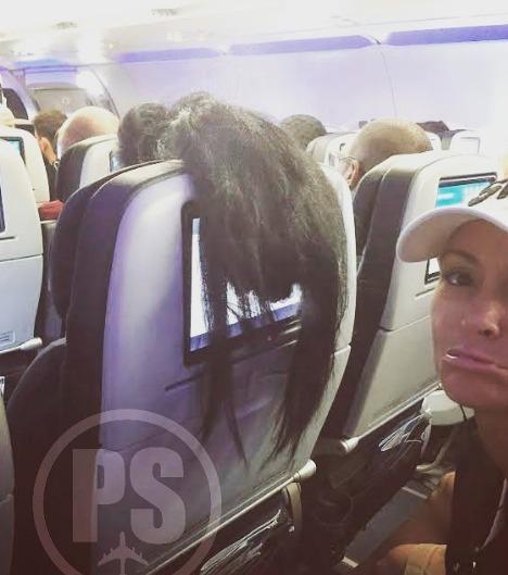 La chevelure d'une passagère dans un avion