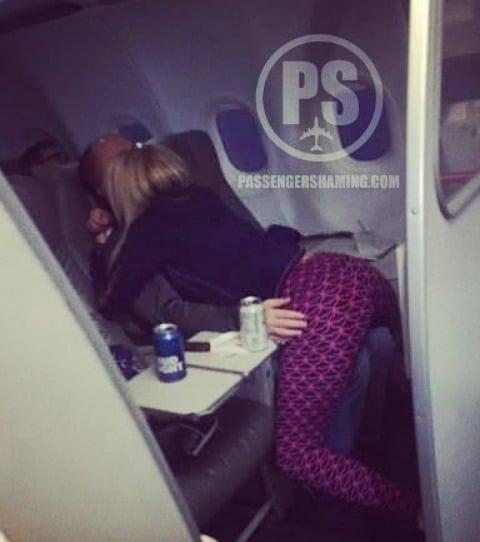 Des passagers s'embrassent dans un avion