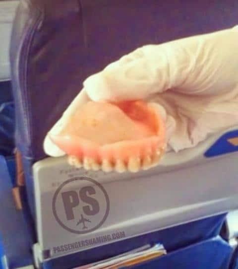 Un dentier dans un avion