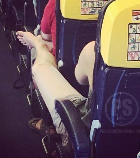 Un passager allonge ses jambes dans un avion