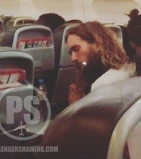 Un passager fait de la musique dans un avion