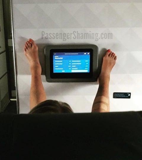 Les pieds d'un passager dans un avion