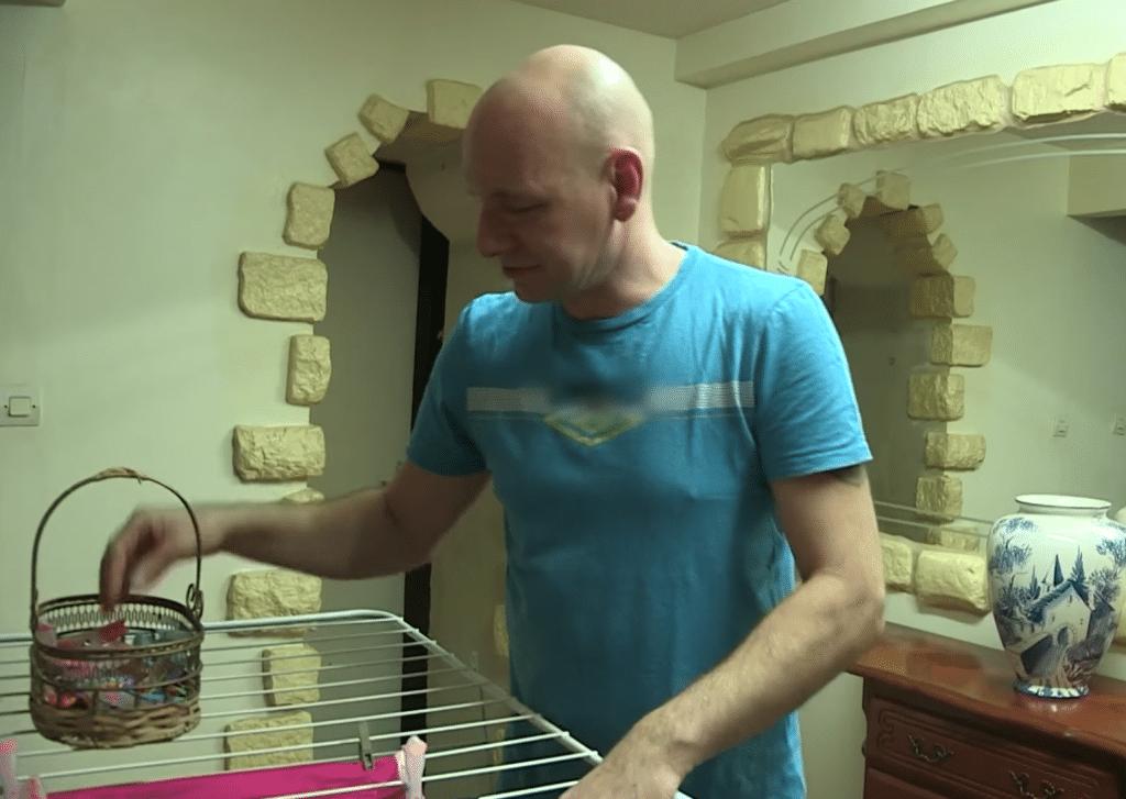 Jean-Marie aide Karine dans les tâches ménagères.