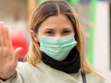 Une femme portant un masque chirurgical