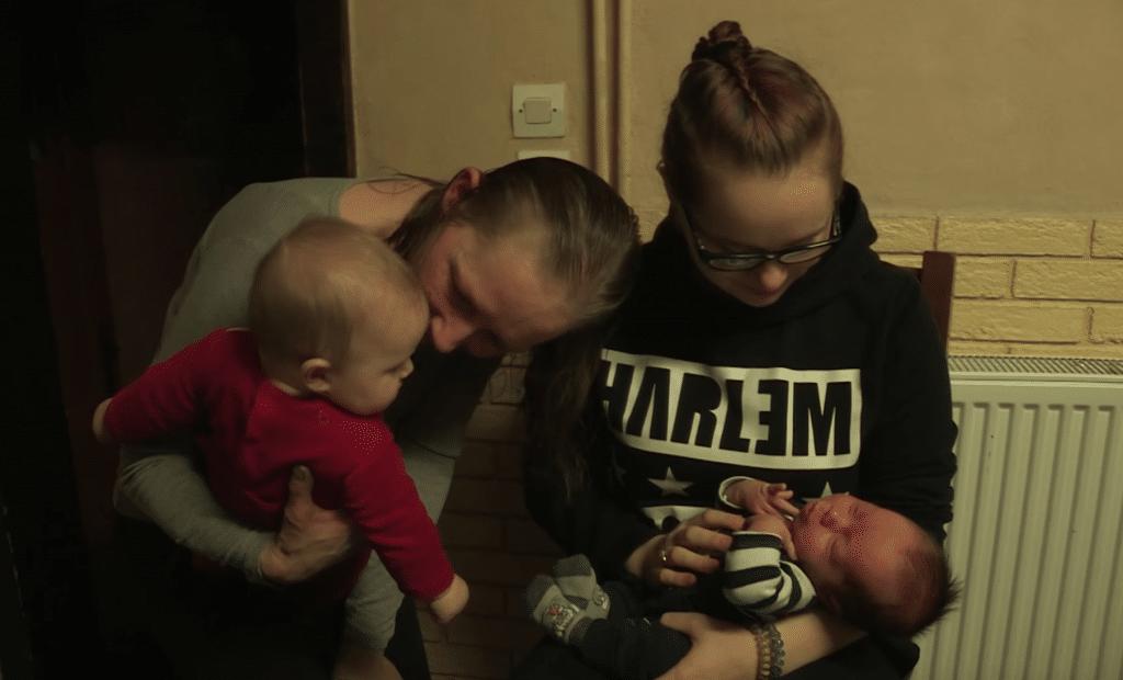 Karine, sa fille de 16 ans et leurs deux bébés.