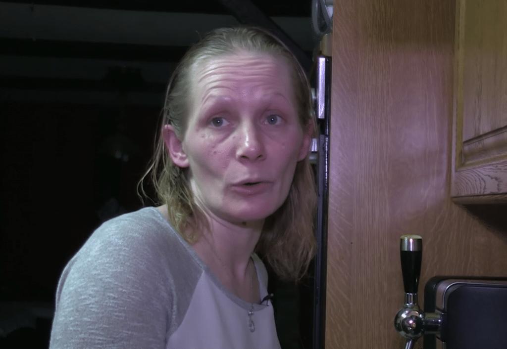 Karine, mère de 9 enfants et enceinte de son 10e enfant.