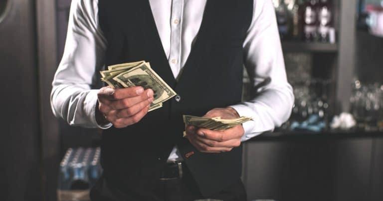 Un client laisse un généreux pourboire