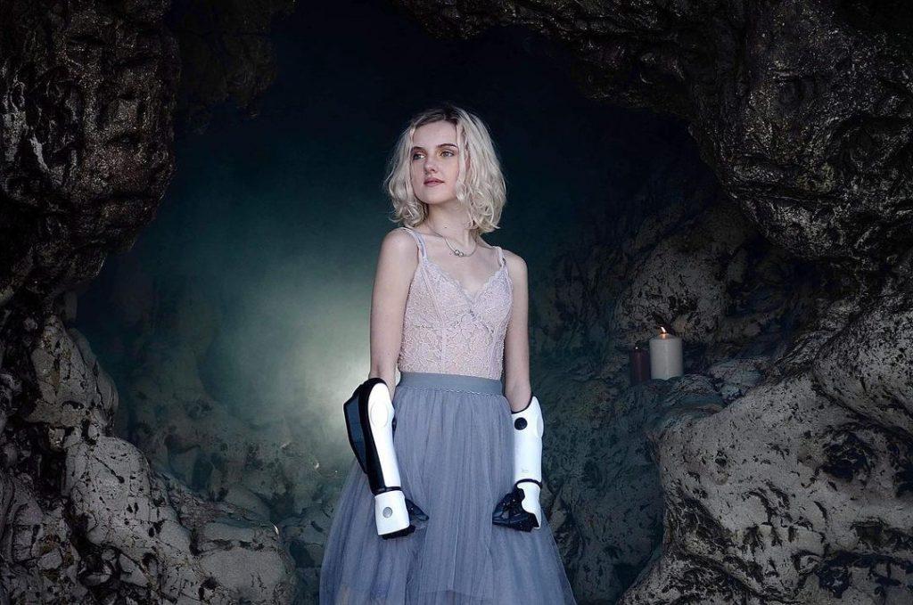 Tilly Lockey avec des prothèses bioniques sur ses bras