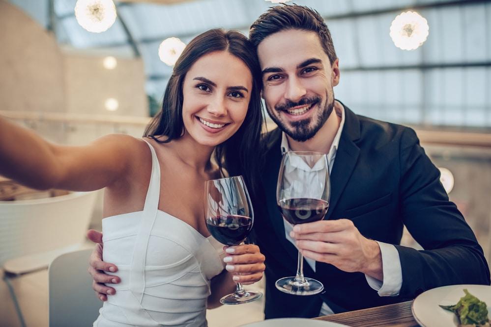 Un couple qui mange son repas de Saint Valentin