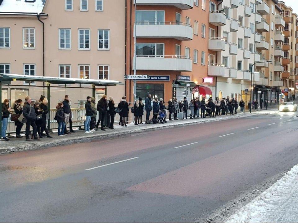 Une file d'attente pour le bus en Suède