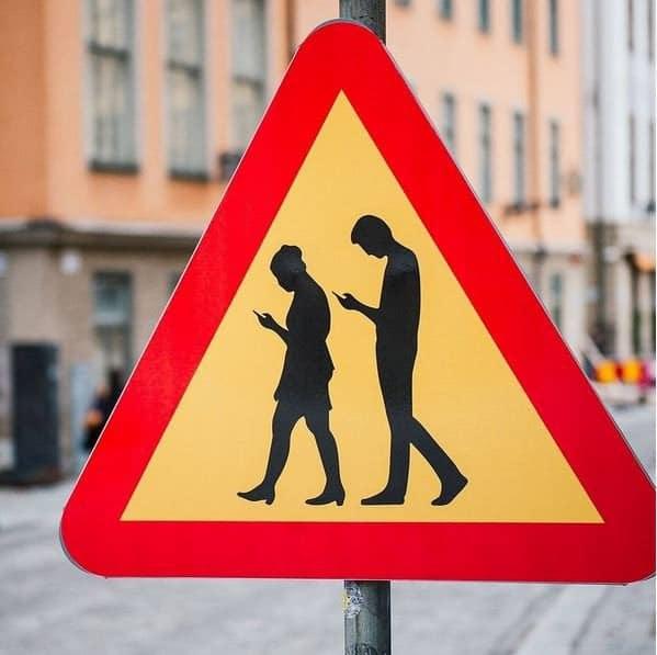 Un panneau pour avertir les piétons sur smartphones en Suède