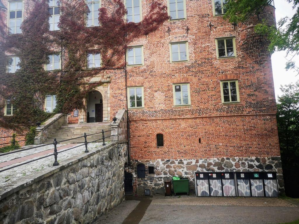 Les poubelles d'un château peintes en Suède