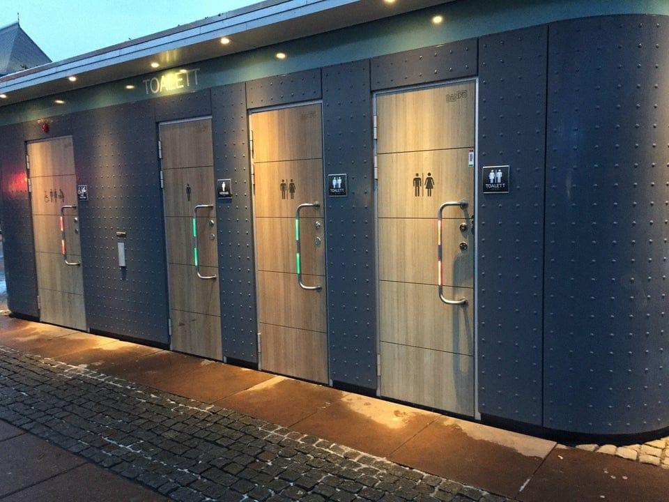 Portes des toilettes publiques d'une gare en Suède