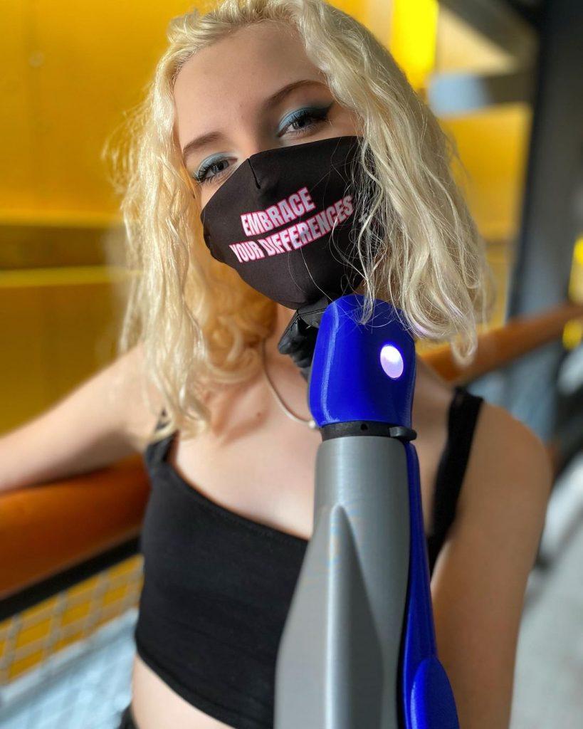 Tilly Lockey avec des prothèses bioniques aux bras