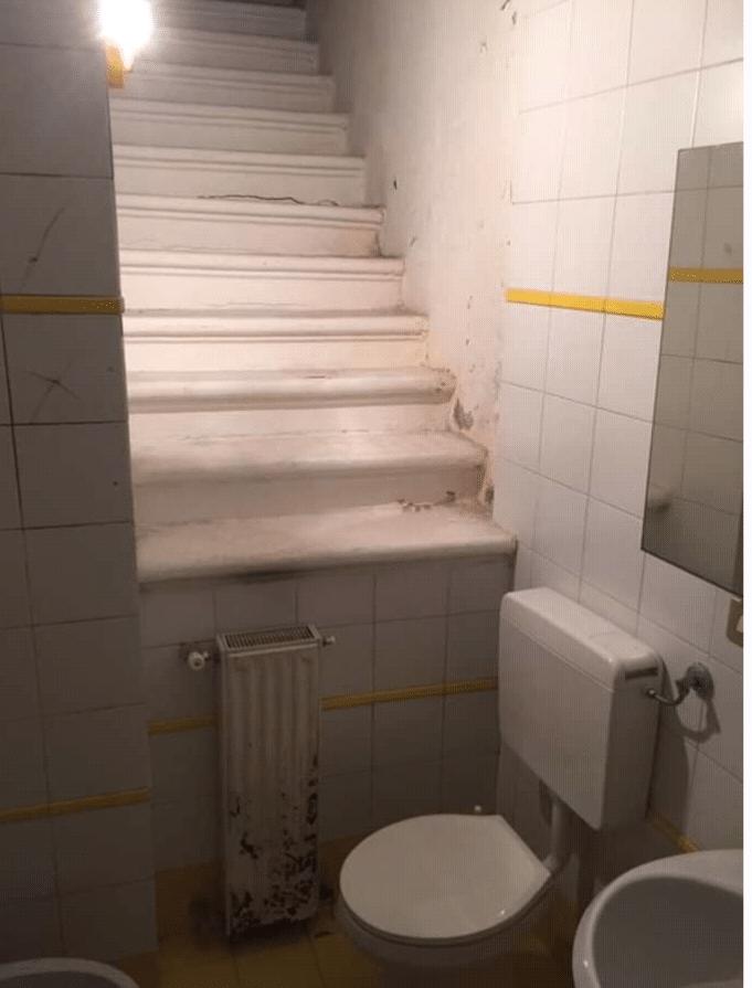 Toilettes en bas d'un escalier