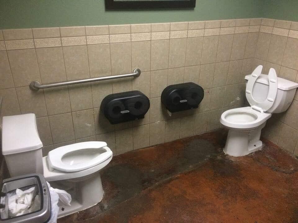 Toilettes face à face