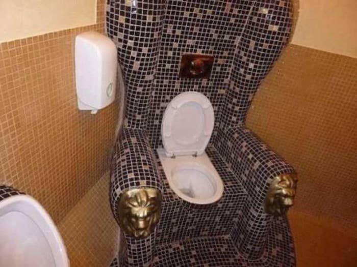 Toilettes sur un fauteuil