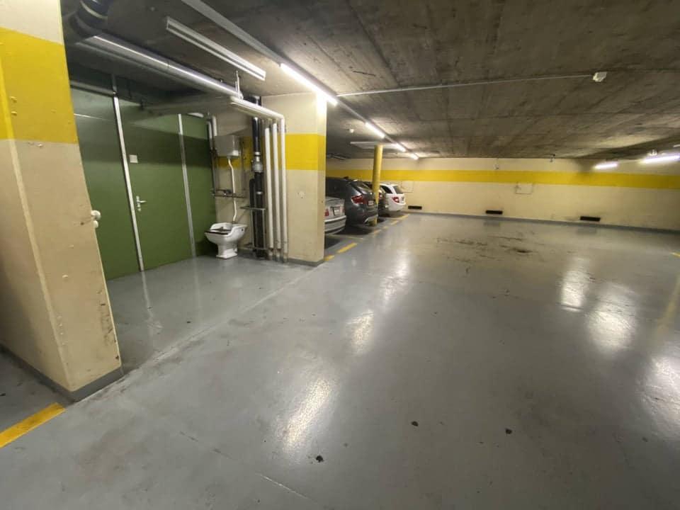 Toilettes dans un parking
