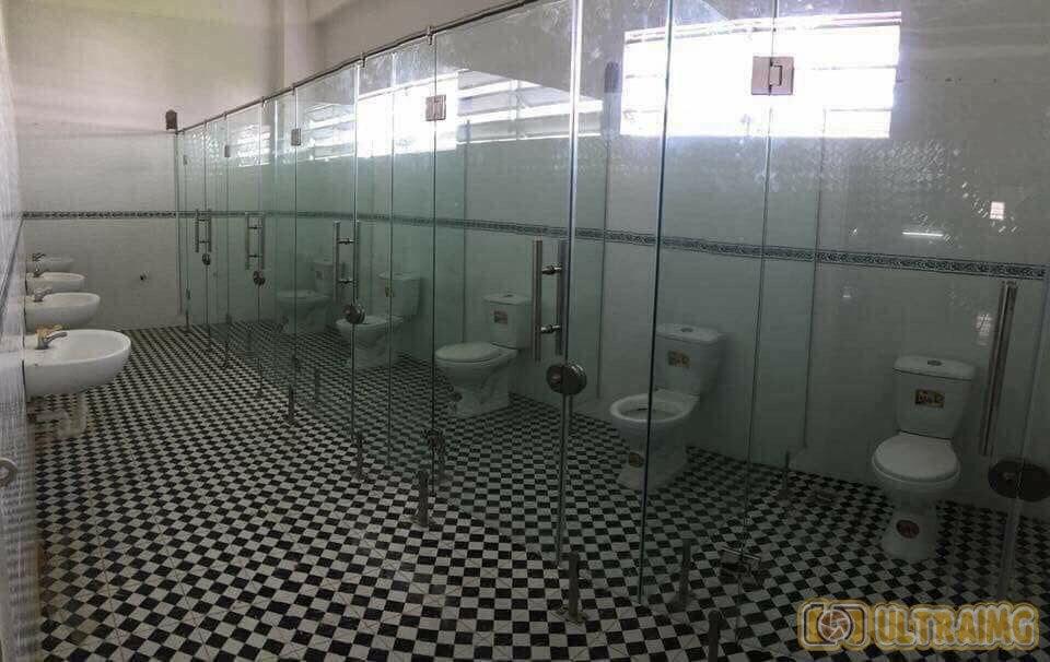 Toilettes avec murs transparents