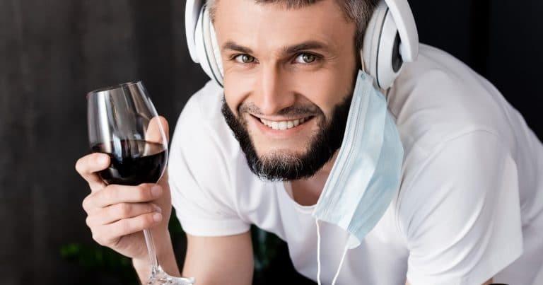 Un jeune homme buvant du vin pendant l'épidémie