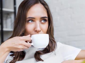 Une femme qui boit du café au réveil