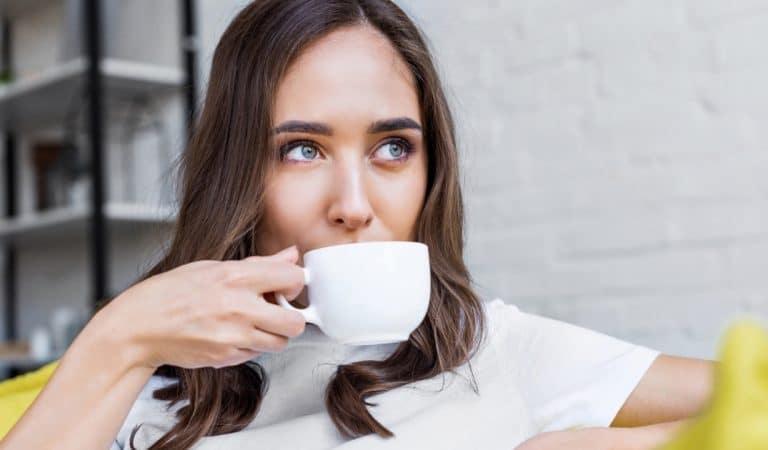 Pourquoi vous ne devriez pas boire du café dès le réveil