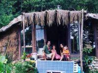 Jonathan, Caroline et leurs enfants dans leur cabane.