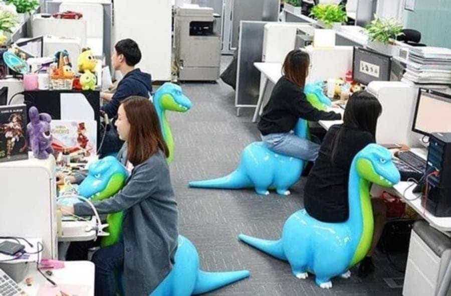 Des chaises pour bureau en forme de dinosaure