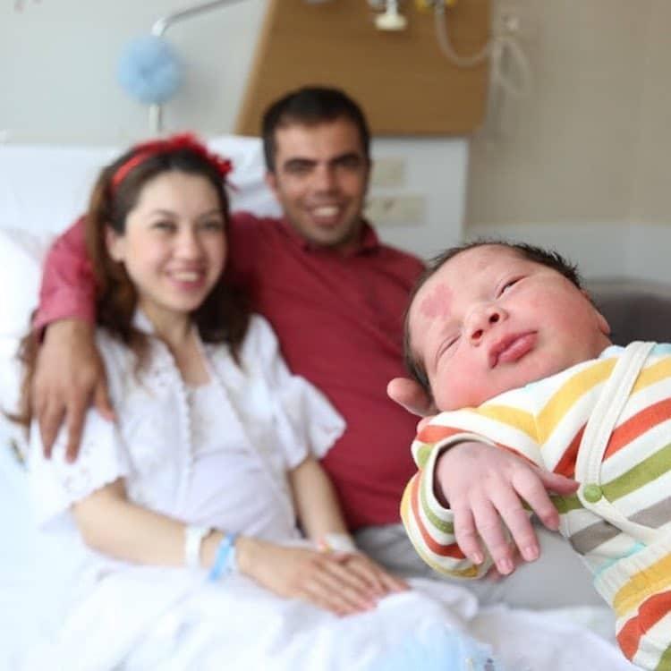 Çinar Engin avec sa tache de naissance en forme de coeur