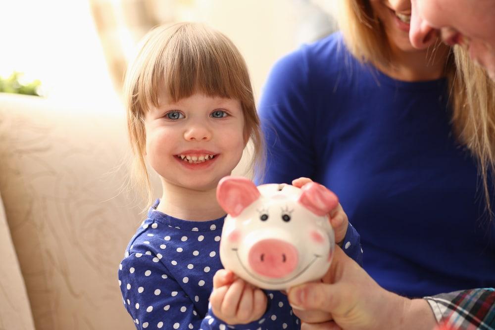 Epargner dans une tirelire en cochon