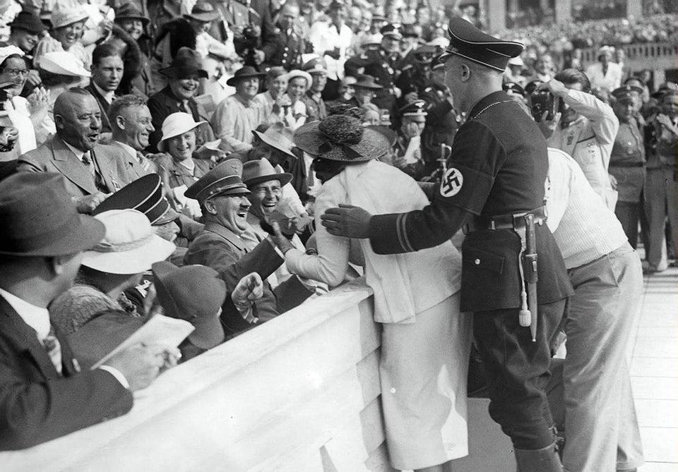 Hitler lors des JO de 1936, embrassé par une Américaine