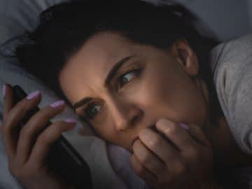 Une femme atteinte de doomscrolling
