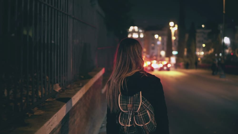 Jeune femme qui marche dans la rue
