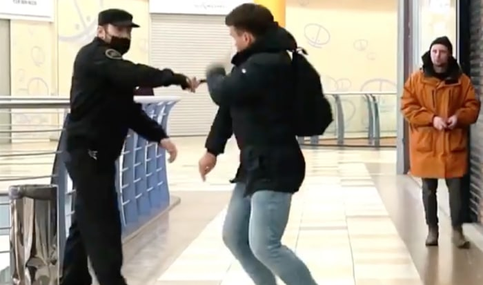 Matraqué par un faux agent de sécurité pour porter le masque