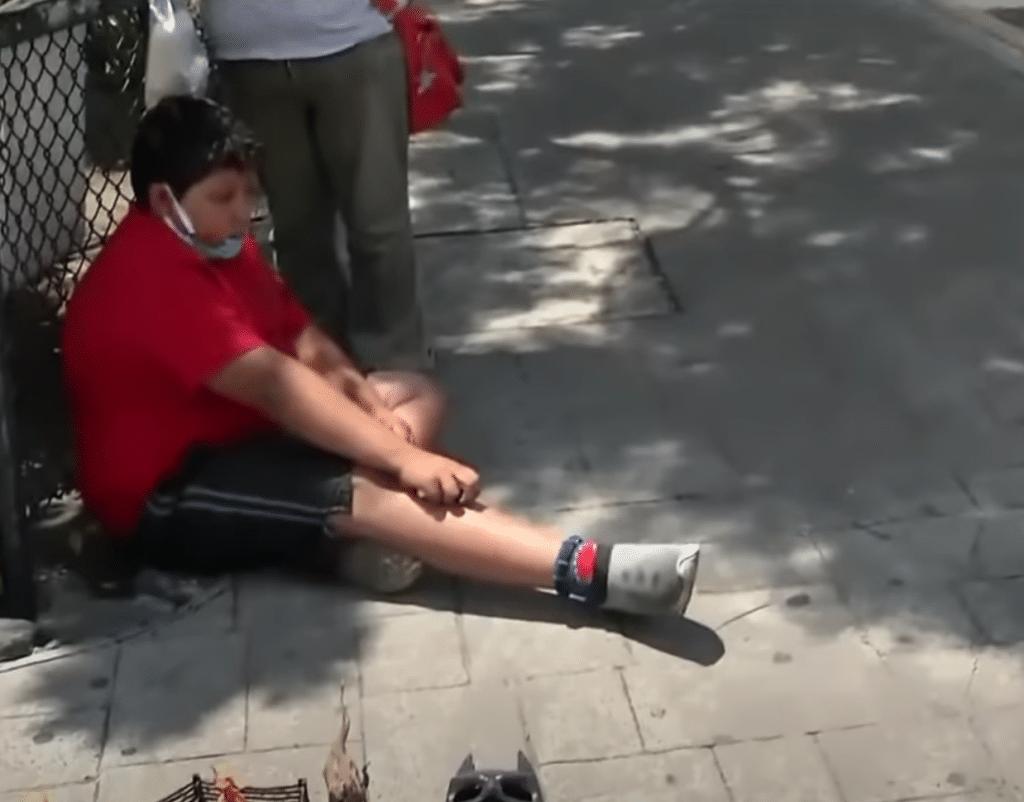 Luis Angel, enfant pauvre au Mexique, fait la manche