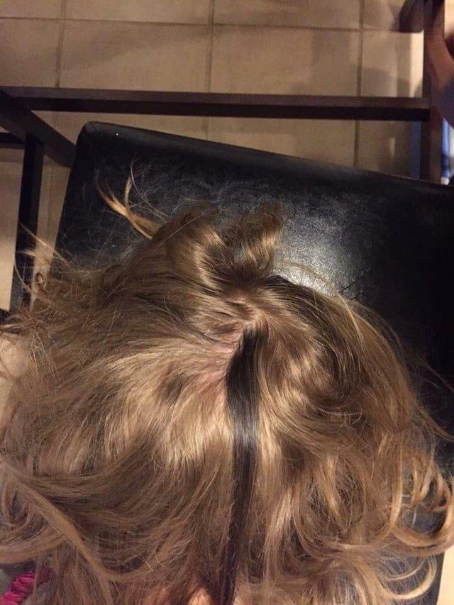 Une mèche de cheveux noirs