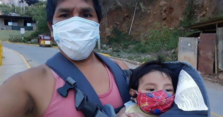 Un papa avec son fils atteint d'une fente labiale palatine.
