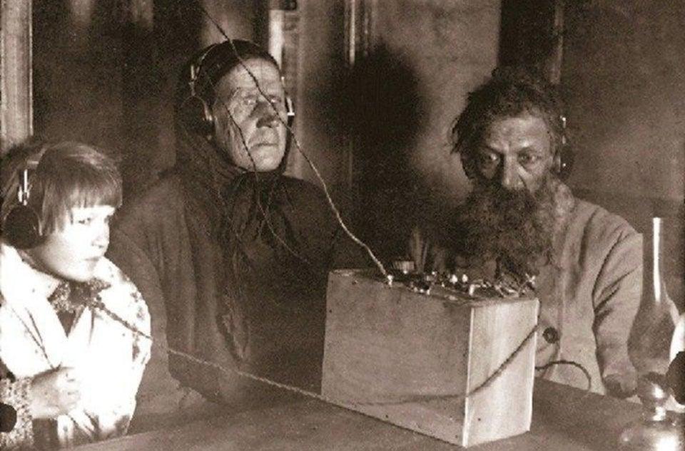 Des paysans soviétiques découvrent la radio