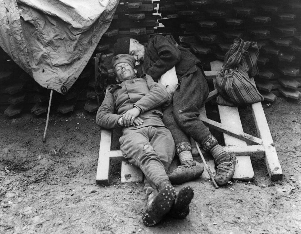 un père rend visite au front à son fils, soldat serbe