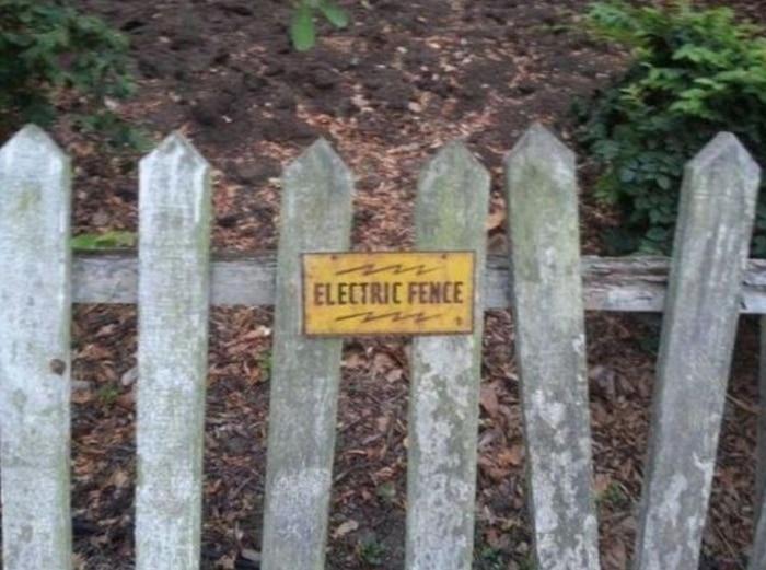un portail électrifié en bois
