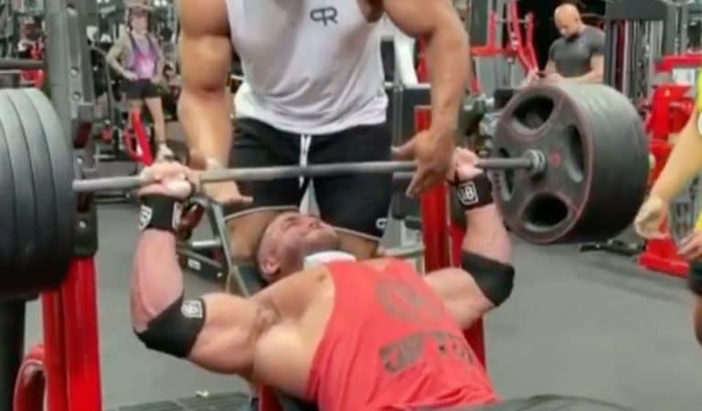 Vidéo : un bodybuilder se déchire le pectoral en soulevant un haltère lors d'un entraînement