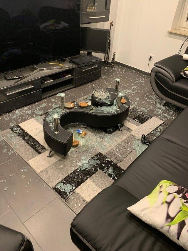 Une table en verre brisée
