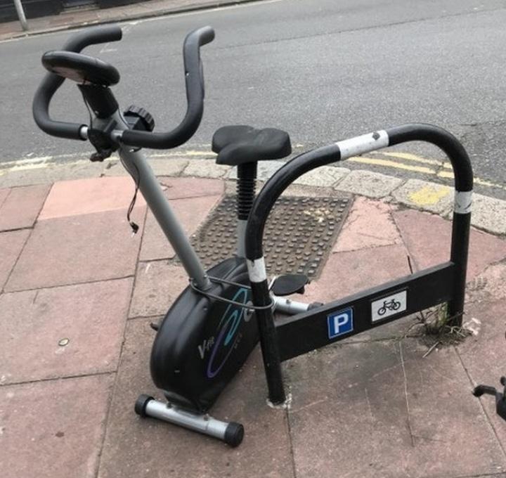 Un vélo d'appartement garé dans la rue