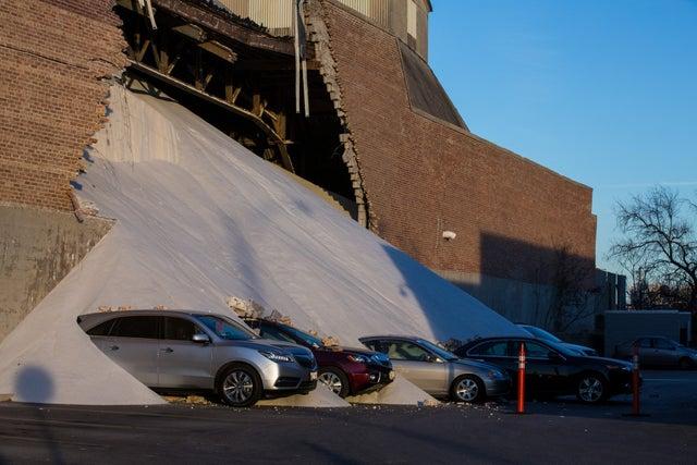 Des voitures recouvertes lors de l'effondrement d'une usine