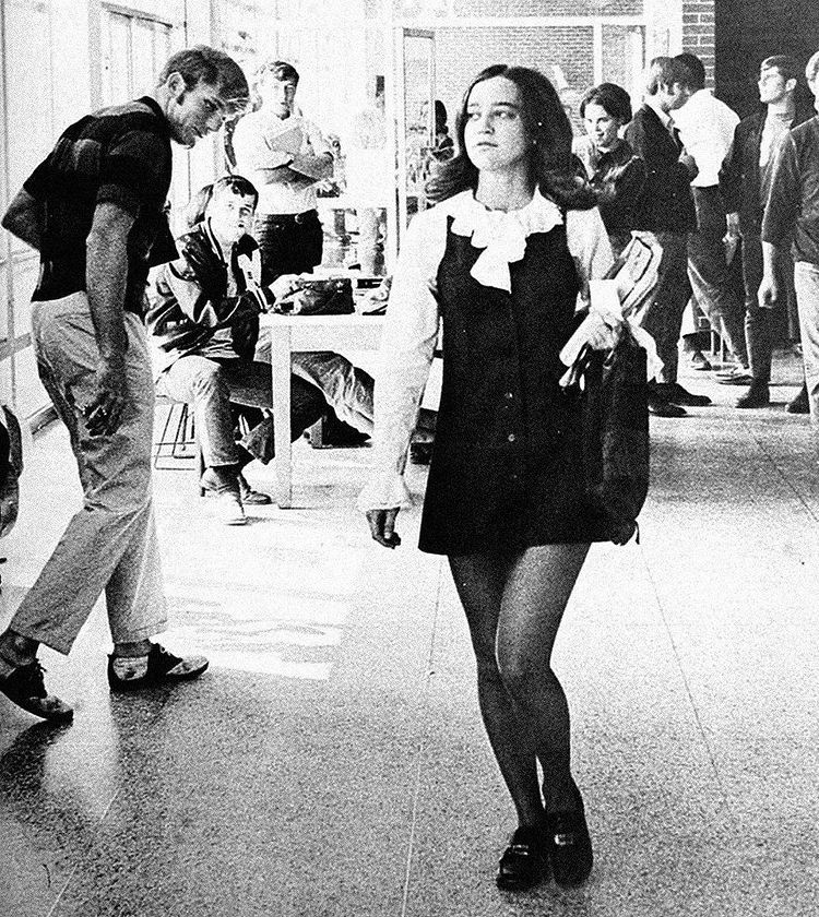 Fille en mini jupe dans les années 1960